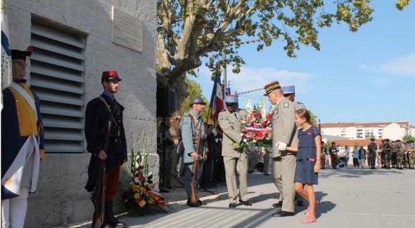 Dépot de Gerbe par le Général de corps d'armée Pierre Chavancy, Gouverneur militaire de Lyon accompagné d'une élève de CM2 de l'école Saint-Joseph des Brotteaux