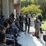 Les élèves de CM2 écoutent attentivement la musique de l'infanterie