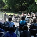 La musique de l'infanterie joue devant les élèves de CM2